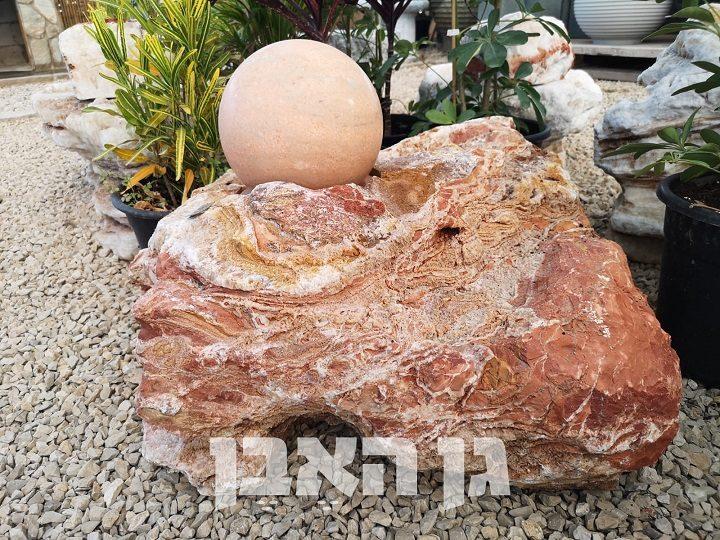כדור מסתובב על סלע קוורץ אדום