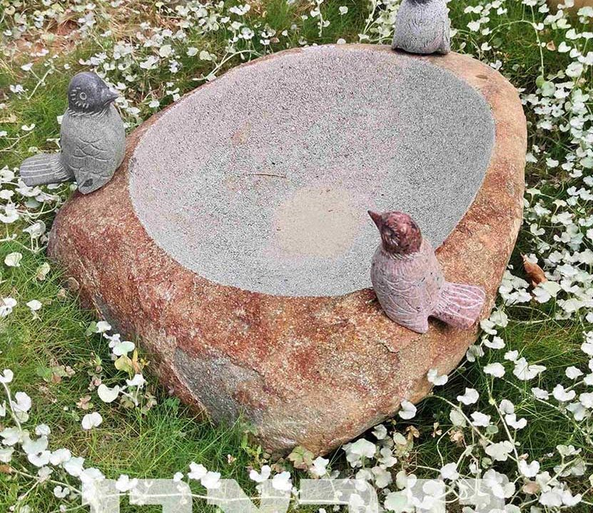 שוקת אבן עם פסלי ציפורים